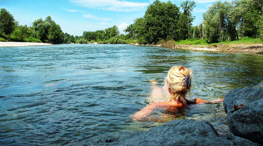 Mandi di sungai