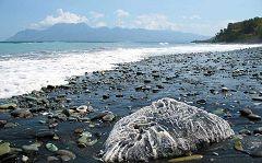 Pintai Biru: spiaggia coi sassi blu