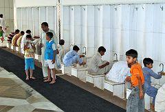 Abluzioni alla moschea Faisal