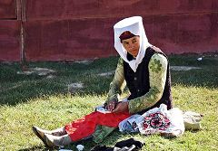 Karakul: donna nel suo tipico costume.