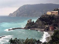 Monterosso, il porticciolo e la Torre Aurora