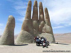 Cile: mano nel deserto